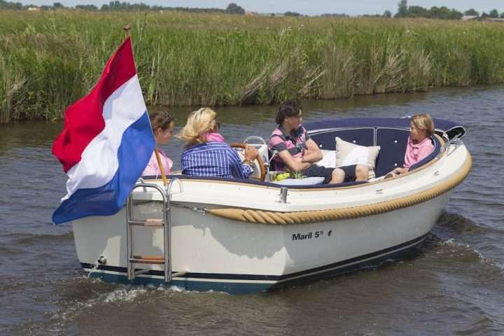 Maril 570 sloep met Nederlandse vlag